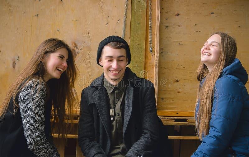Duas meninas e um menino estão tendo o divertimento foto de stock