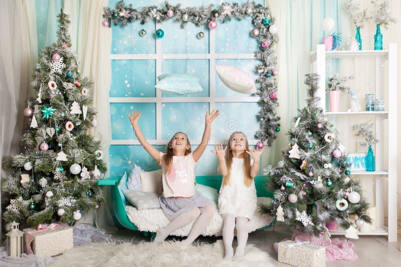 Duas meninas em decorações de um Natal imagens de stock royalty free