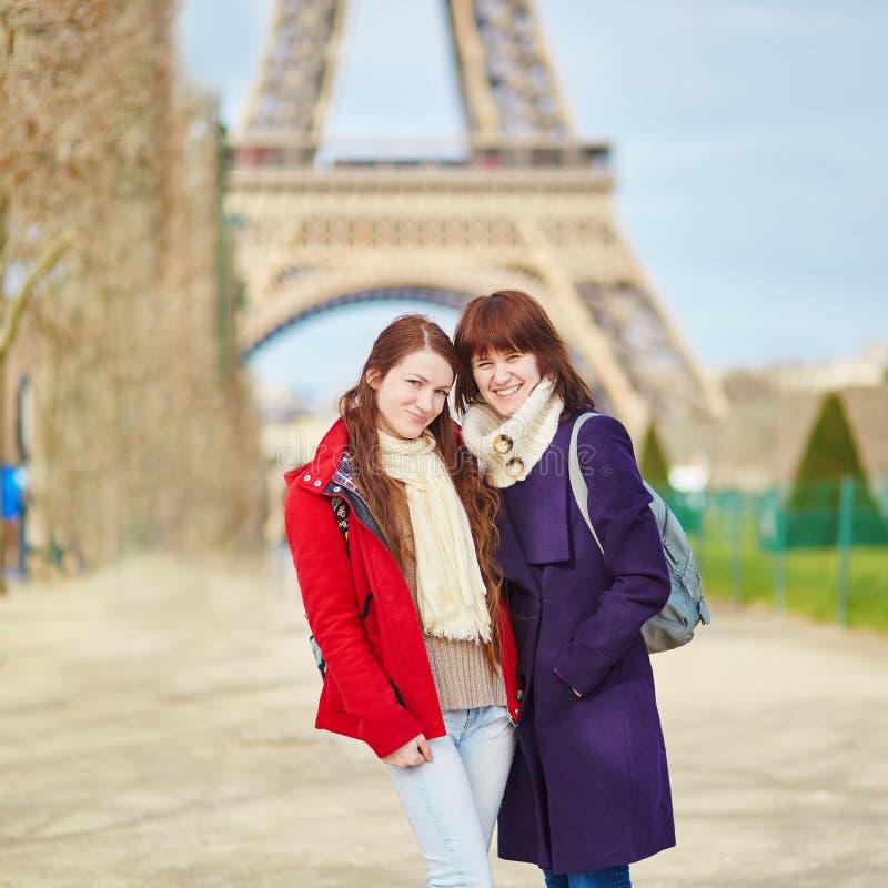 Download Duas Meninas Em Paris Perto Da Torre Eiffel Foto de Stock - Imagem de fêmea, mola: 65576206