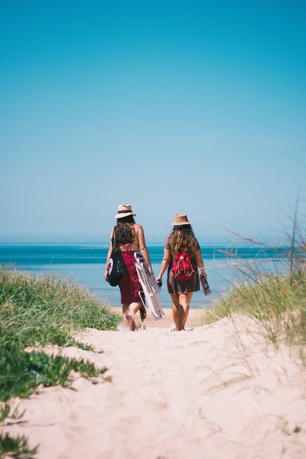 Duas meninas em sua maneira à praia em Uruguai fotografia de stock