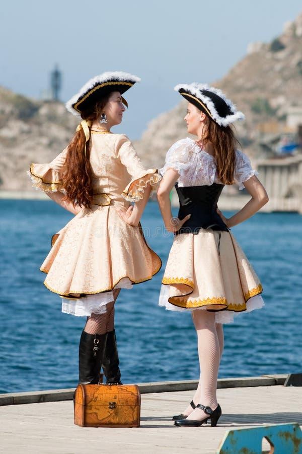 Duas meninas em trajes do pirata no barco fotos de stock