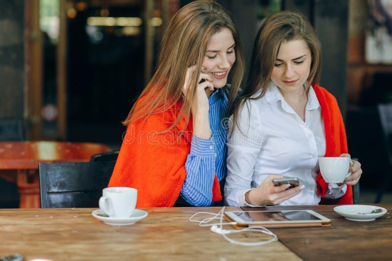 Duas meninas em um café foto de stock royalty free