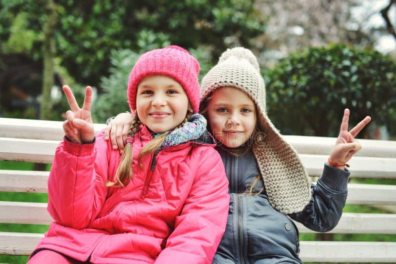 Duas meninas engraçadas imagens de stock royalty free