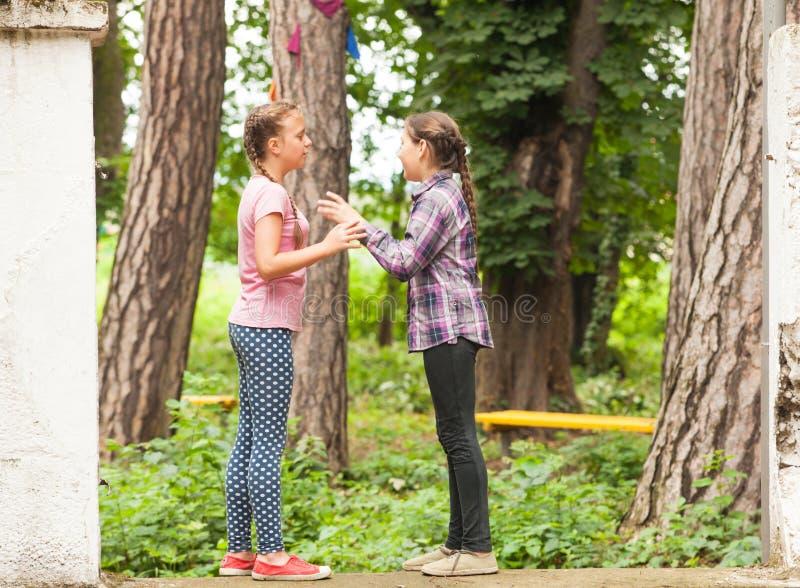 Duas meninas estão jogando foto de stock royalty free