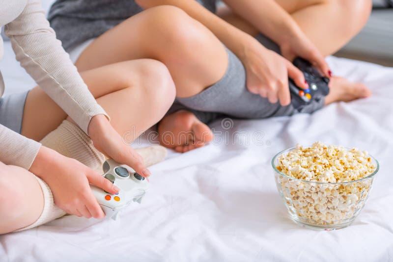Duas meninas estão jogando videogames imagem de stock royalty free