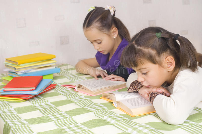 Duas meninas estão lendo foto de stock royalty free