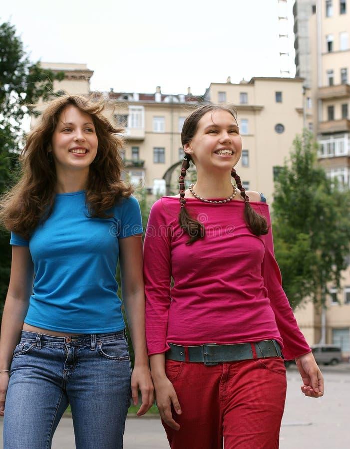 Duas meninas felizes em uma cidade fotografia de stock