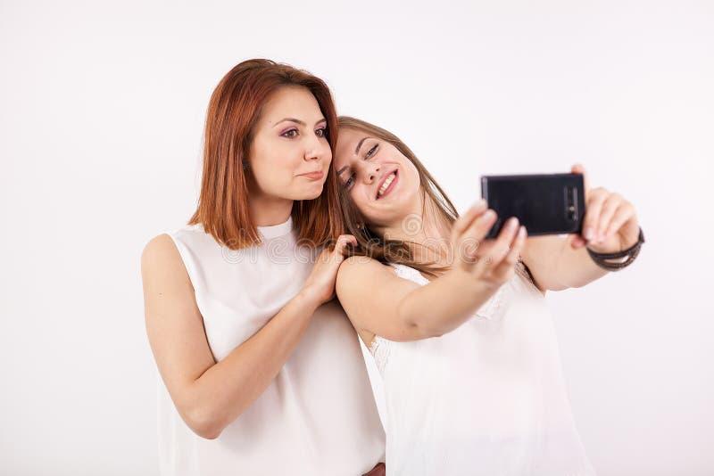 Duas meninas felizes que tomam um selfie imagem de stock royalty free