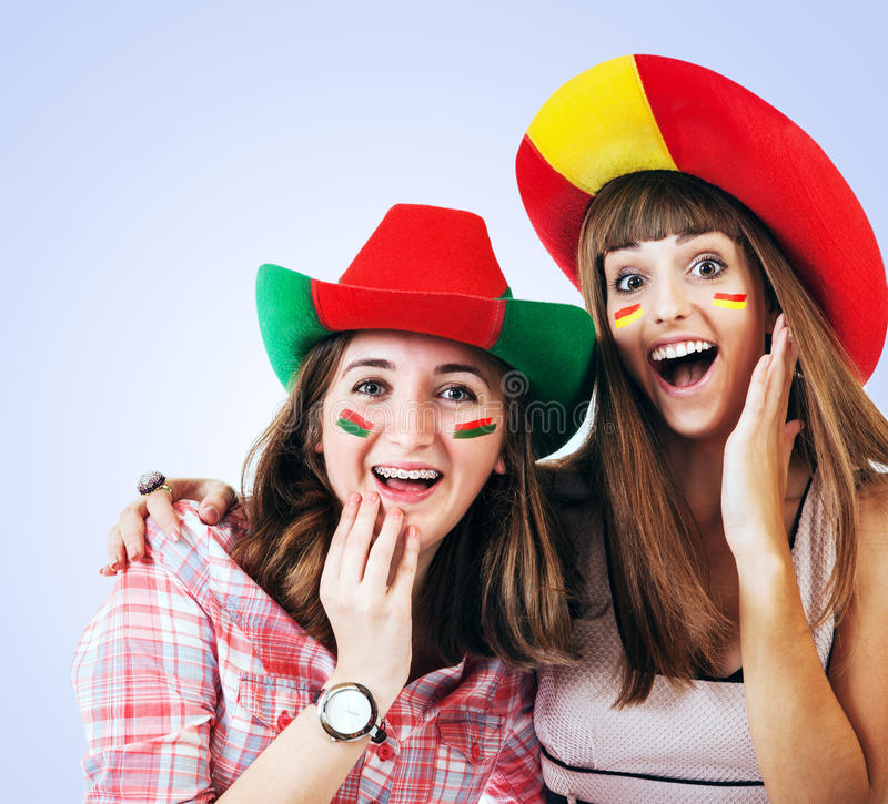 Duas meninas gritando felizes - fan de futebol foto de stock royalty free