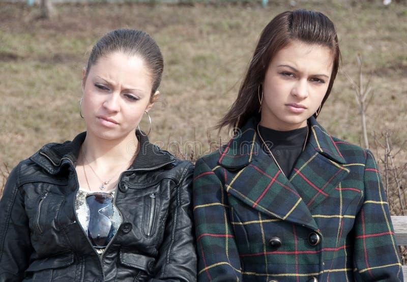 Duas meninas muito furadas imagens de stock
