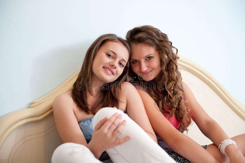 Duas meninas na cama imagens de stock