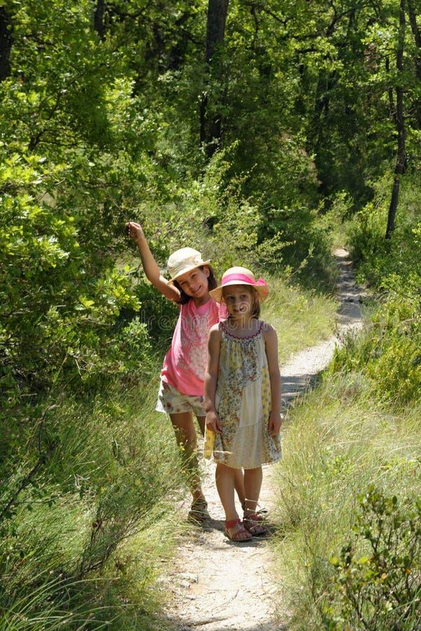 Duas meninas na floresta de Provence foto de stock royalty free