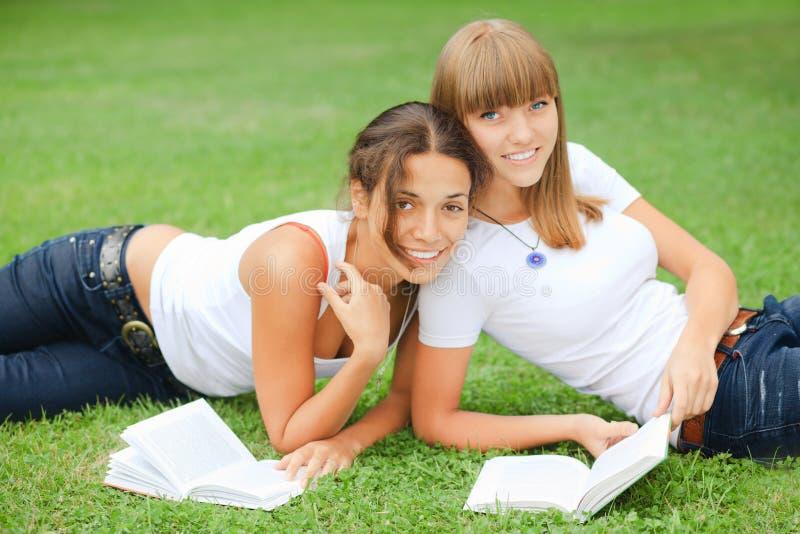 Duas meninas na grama imagens de stock royalty free