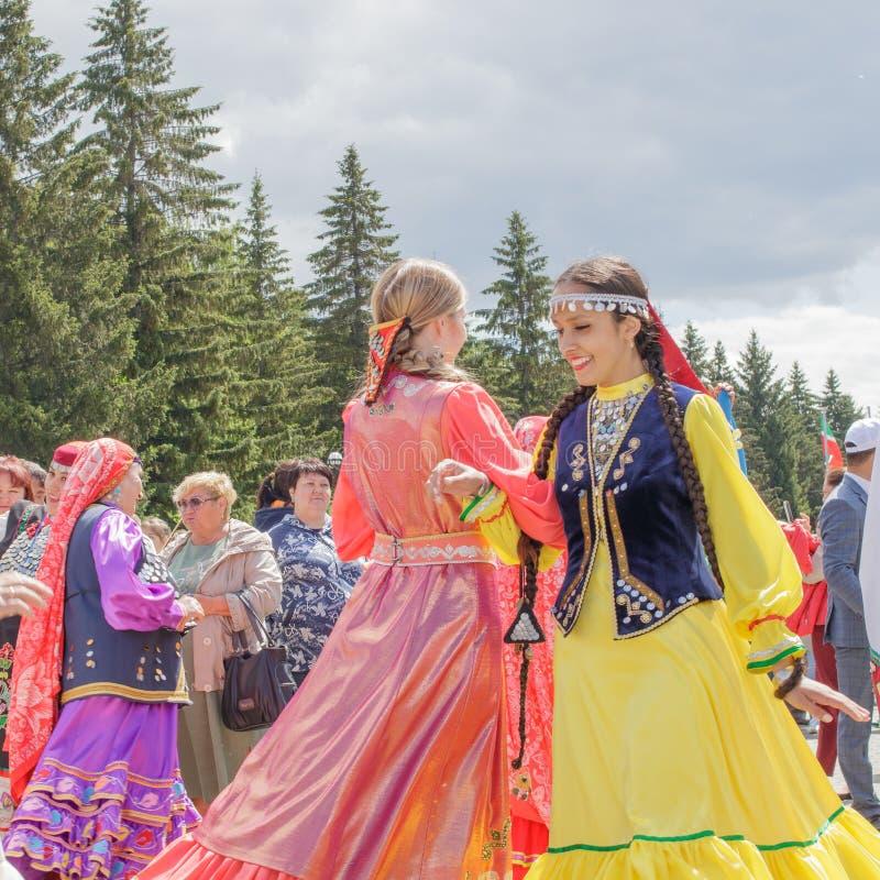 Duas meninas na roupa nacional estão dançando no primeiro plano fotos de stock royalty free