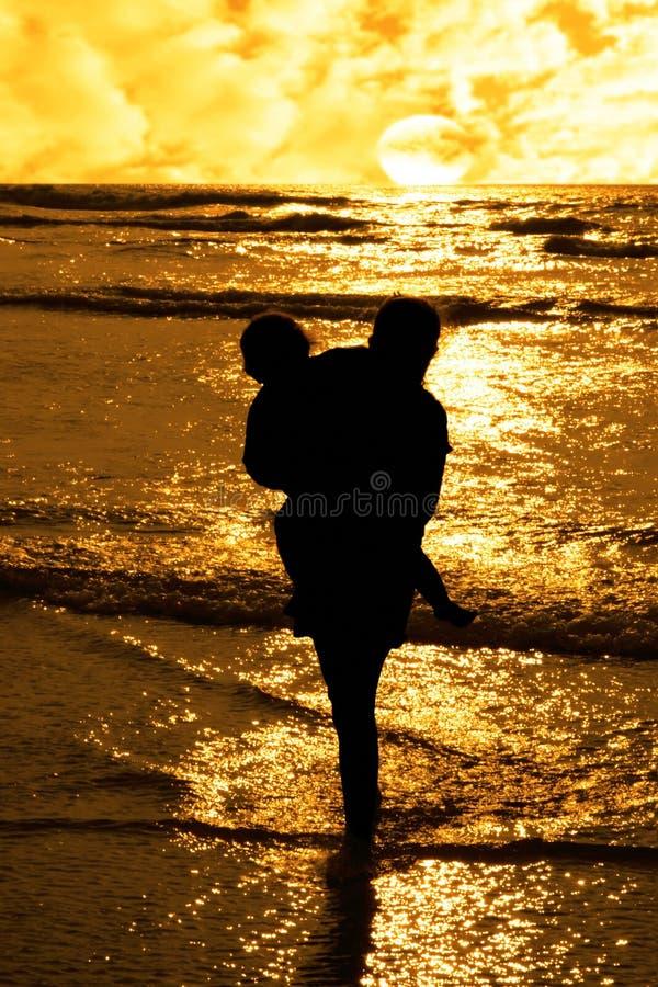 Duas meninas na silhueta afectuosa foto de stock