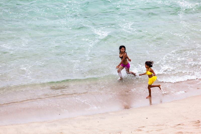 Duas meninas nativas corridas alegremente imagem de stock