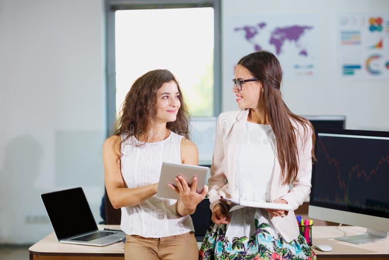 Duas meninas novas do negócio que olham se imagens de stock