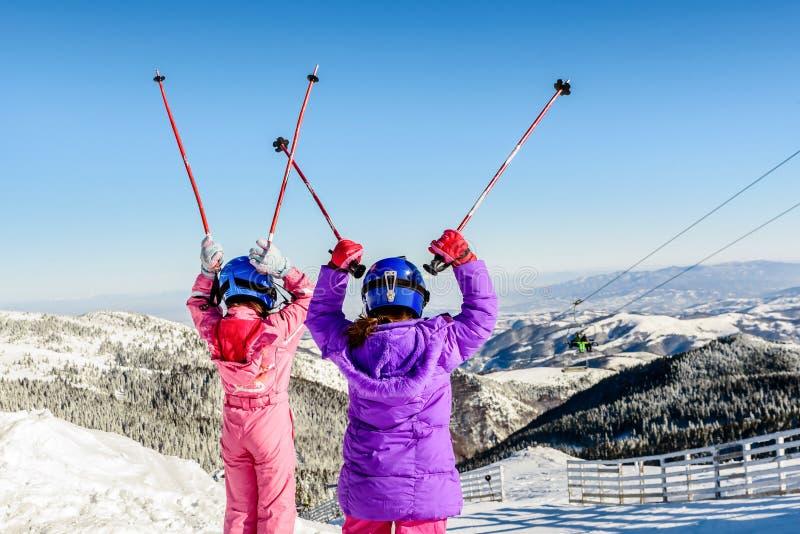 Duas meninas que apreciam o esqui em Kopaonik, Sérvia fotos de stock