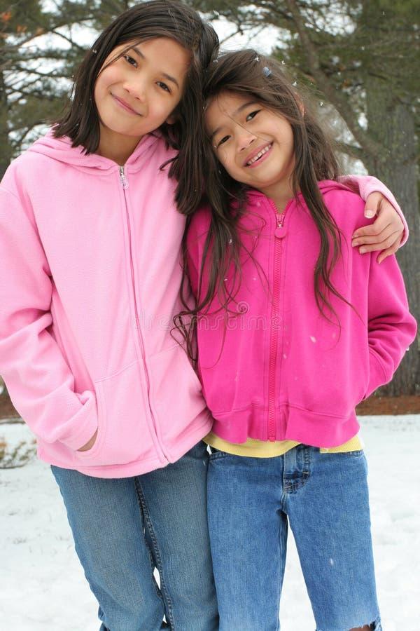 Duas meninas que apreciam o inverno imagens de stock royalty free