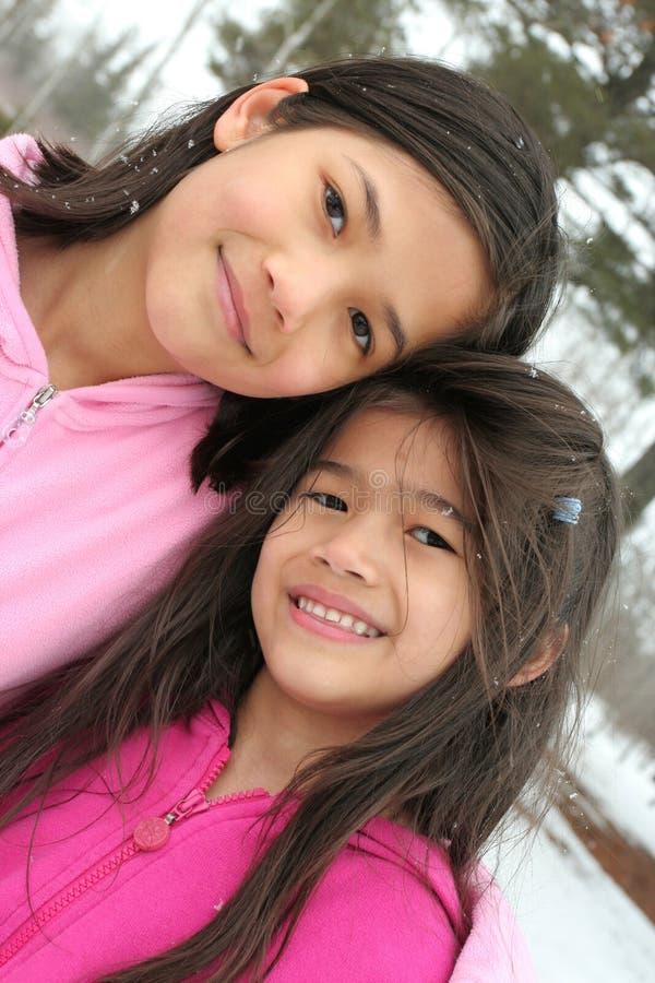 Duas meninas que apreciam o inverno foto de stock royalty free