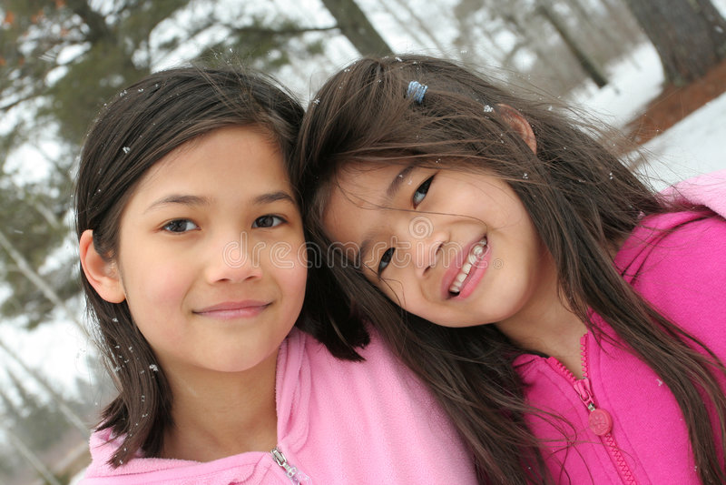 Duas meninas que apreciam o inverno imagem de stock royalty free