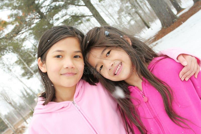 Duas meninas que apreciam o inverno foto de stock