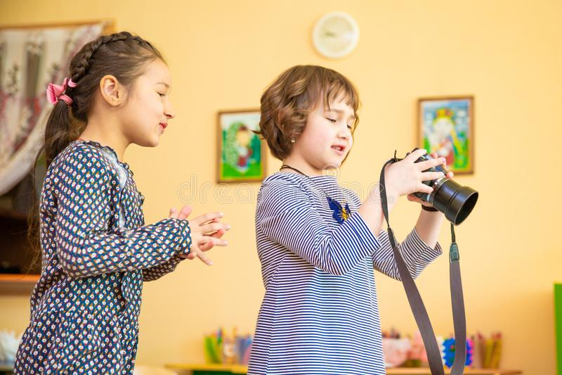 Duas meninas que aprendem como usar a câmera da foto foto de stock royalty free