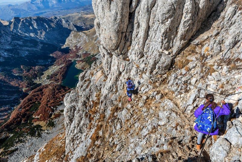 Duas meninas que caminham nas montanhas no parque nacional Durmit fotografia de stock