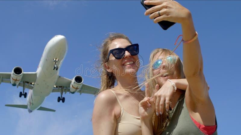 Duas meninas que fazem Selfie com um plano imagens de stock