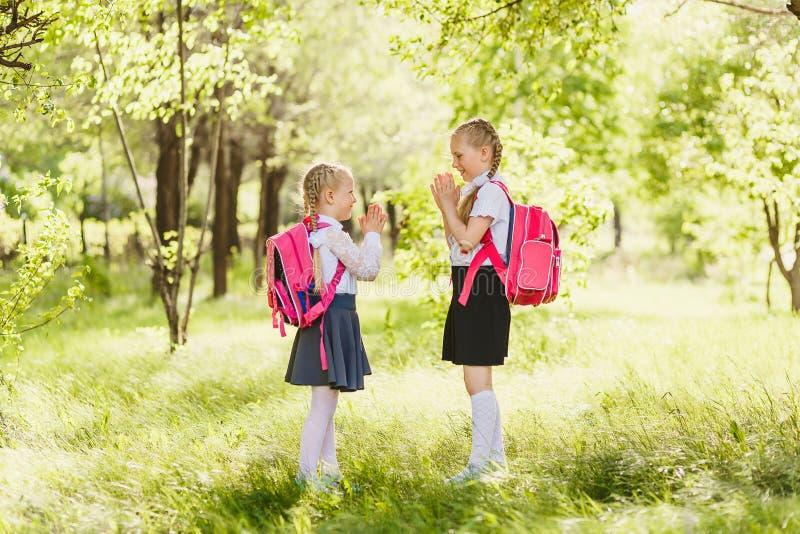 Duas meninas que jogam o Rissol-bolo fora imagem de stock royalty free