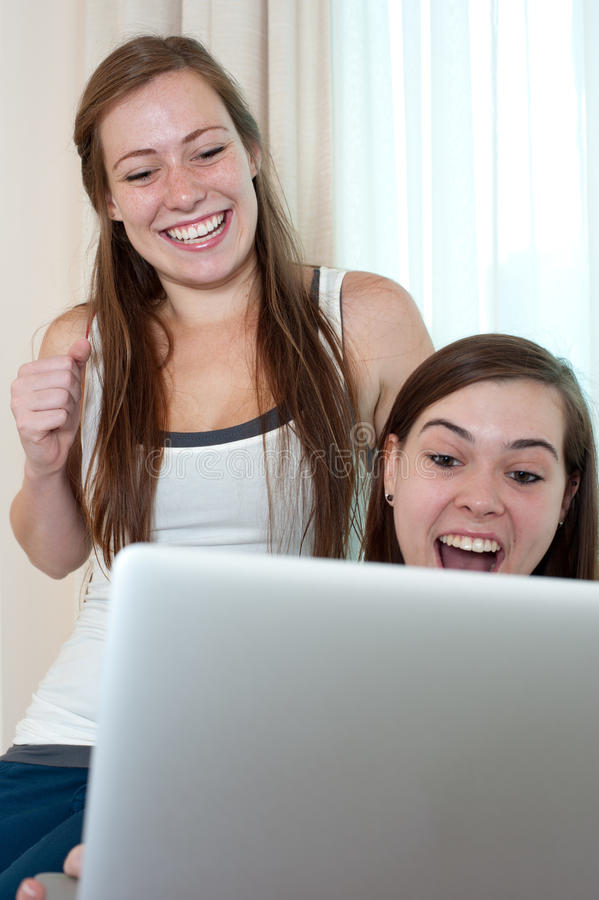 Duas meninas que olham uma parte superior do regaço. imagem de stock royalty free