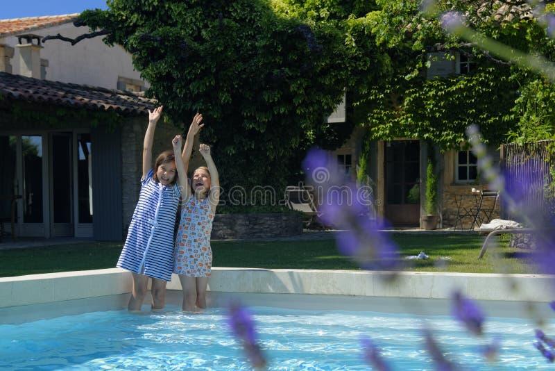 Duas meninas que remam na associação imagem de stock royalty free