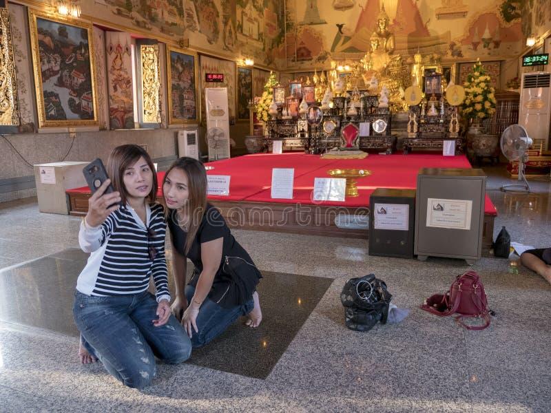 Duas meninas que tomam o selfie no smartphone no templo em Banguecoque t imagens de stock