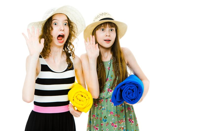 Duas meninas teenaged com as coberturas no equipamento da praia fotos de stock