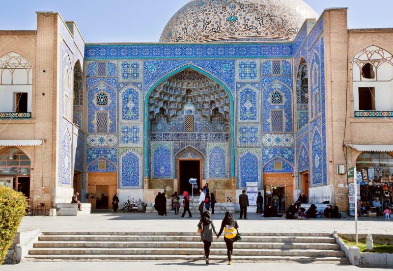 Duas meninas vêm à mesquita histórica em Médio Oriente fotografia de stock royalty free