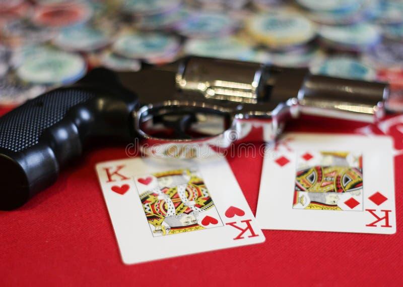 Duas microplaquetas dos reis, da pistola e de pôquer imagens de stock