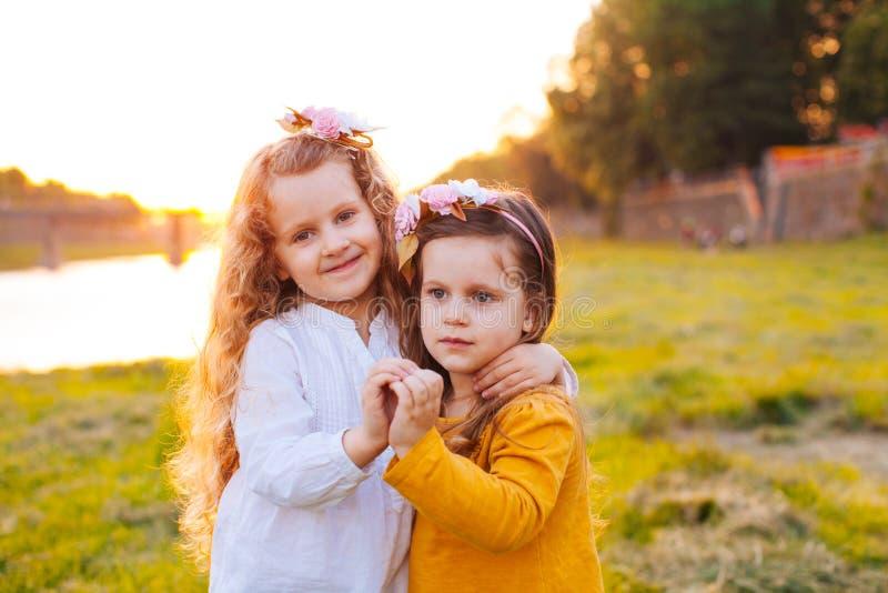 Duas moças bonitas que fazem o coração de imagens de stock royalty free