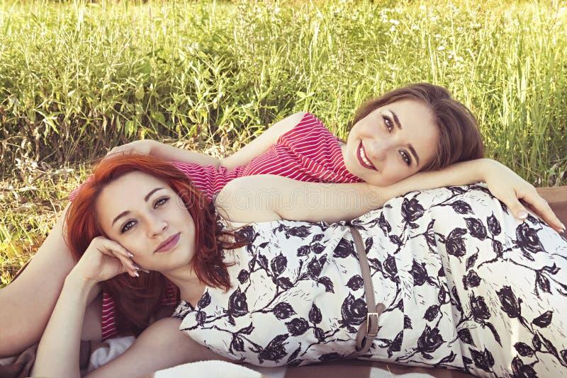 Duas moças em um resto fora fotos de stock royalty free