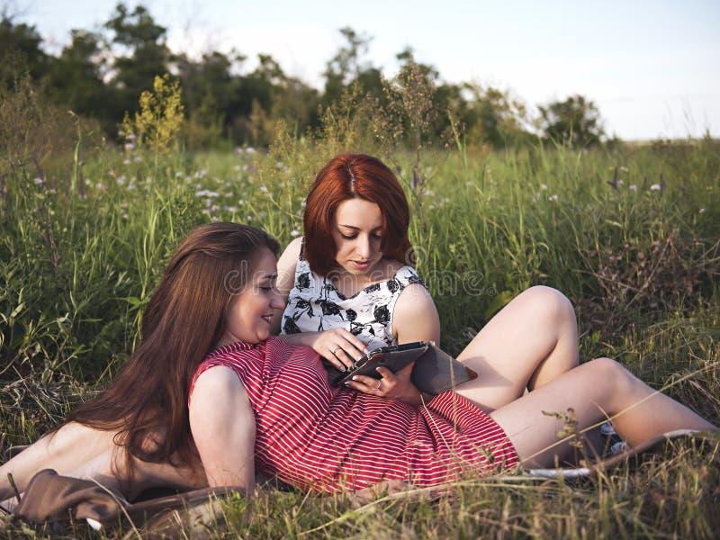 Duas moças em um resto fora imagem de stock royalty free