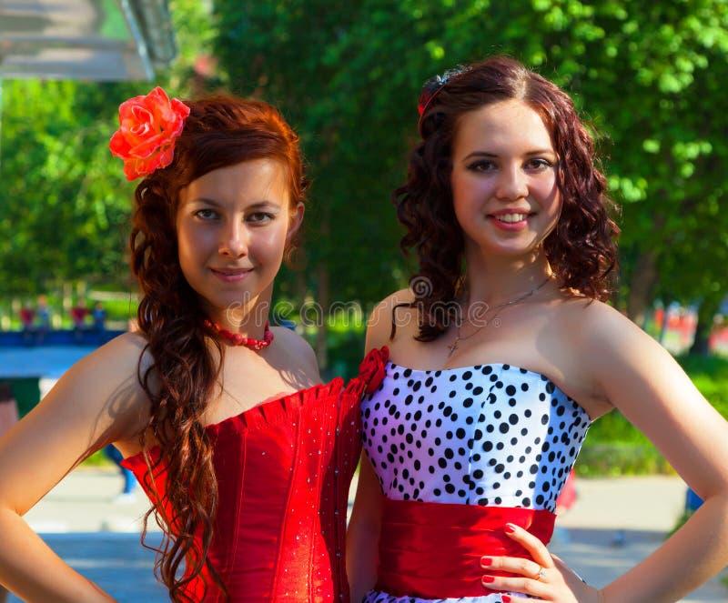 Duas moças em vestidos bonitos fotos de stock