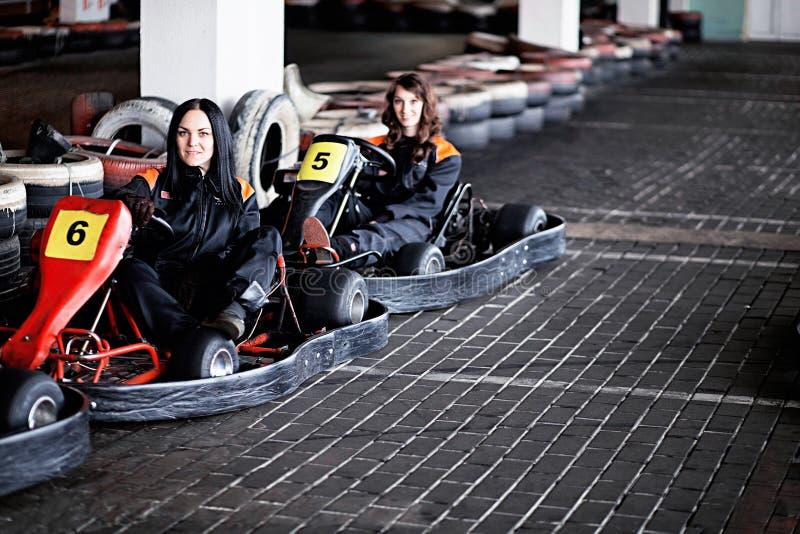 Duas moças que karting pilotos fotos de stock