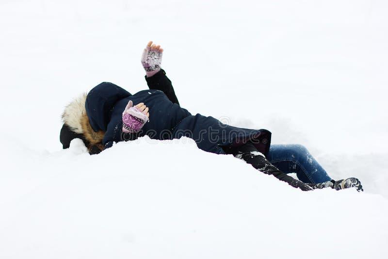 Duas moças que têm o divertimento no inverno imagens de stock royalty free