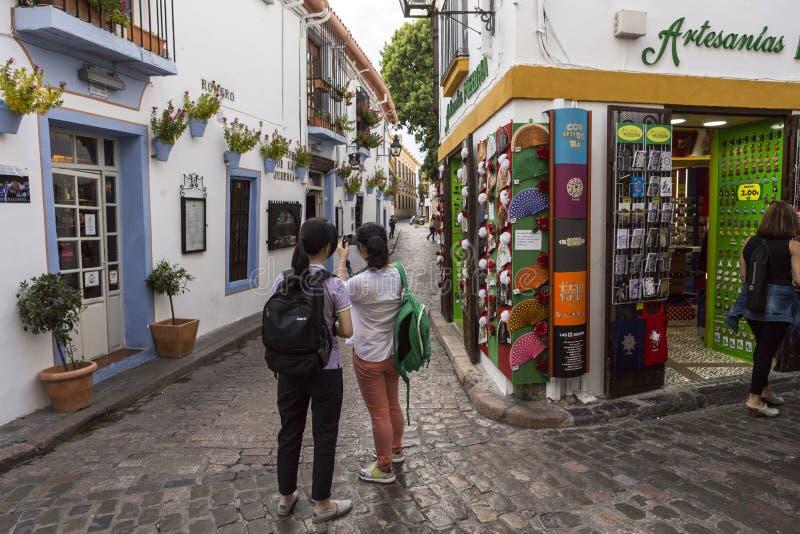 Duas moças tomam a foto na rua de Romero, quarto judaico imagens de stock royalty free