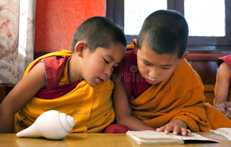 Duas monges budistas pequenas fotografia de stock royalty free