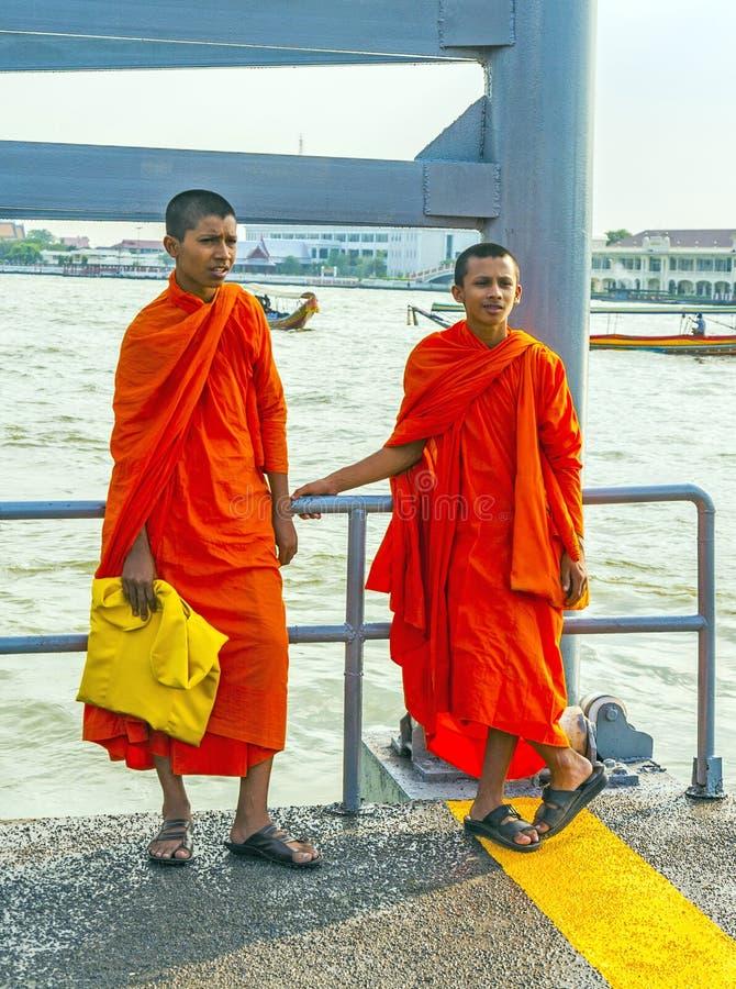 Duas monges novas em Banguecoque imagens de stock royalty free