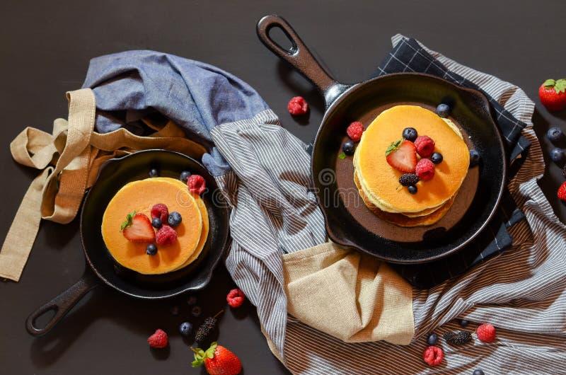 Duas morangos e panquecas em uma bandeja imagens de stock royalty free