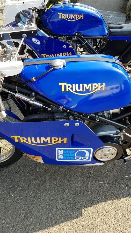 Duas motocicletas de Triumph nos 77th membros de Goodwood que encontram o dia do teste no circuito ocidental do motor de Sussex imagem de stock royalty free