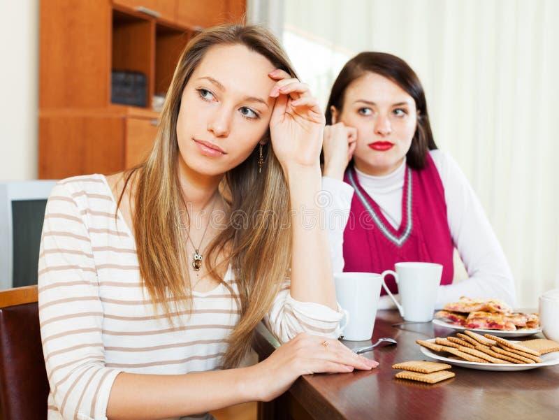 Duas mulheres após a discussão na tabela fotos de stock royalty free