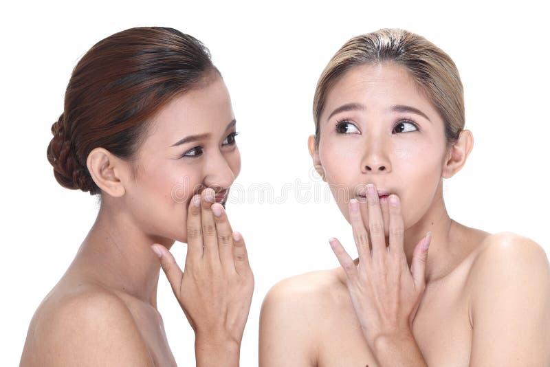 Duas mulheres asiáticas com forma bonita compõem o cabelo envolvido fotos de stock