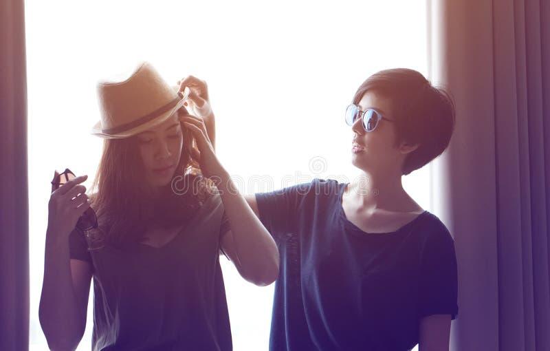 Duas mulheres asiáticas elegantes levantam junto imagens de stock royalty free